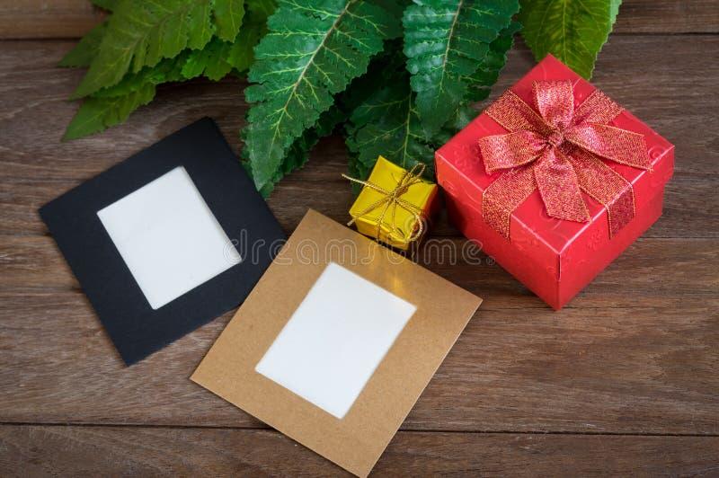 Geschenkboxen mit Papierkarte auf Tabelle stockbilder