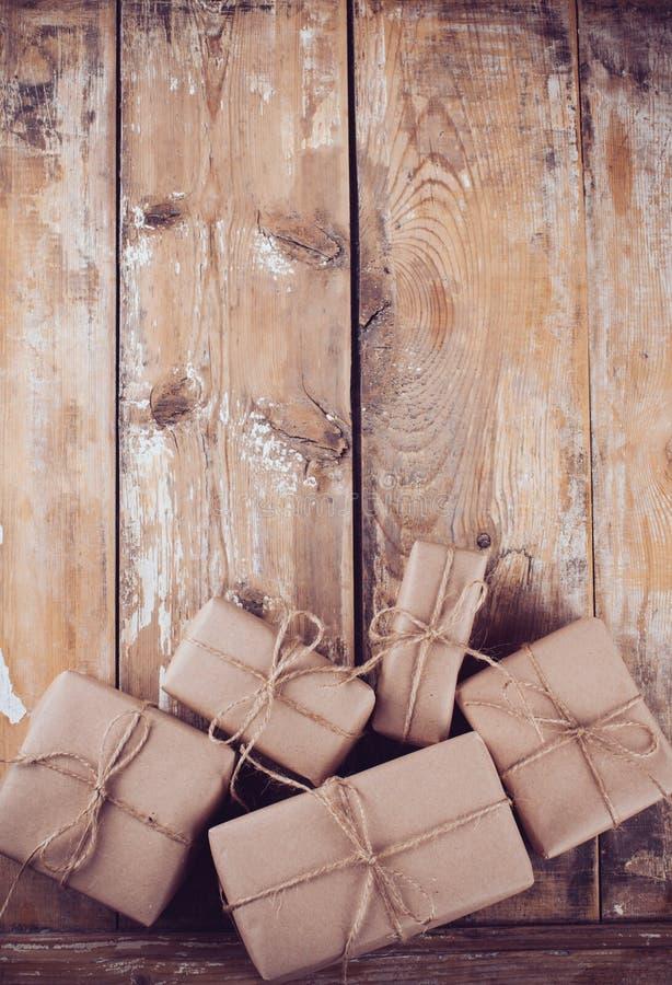 Geschenkboxen, Postpakete auf hölzernem Brett lizenzfreies stockfoto