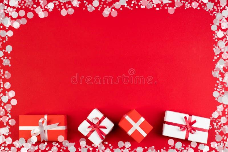 Geschenkboxen und buntes Geschenk f?r Weihnachten auf rotem Hintergrund Draufsicht mit Kopienraum vektor abbildung