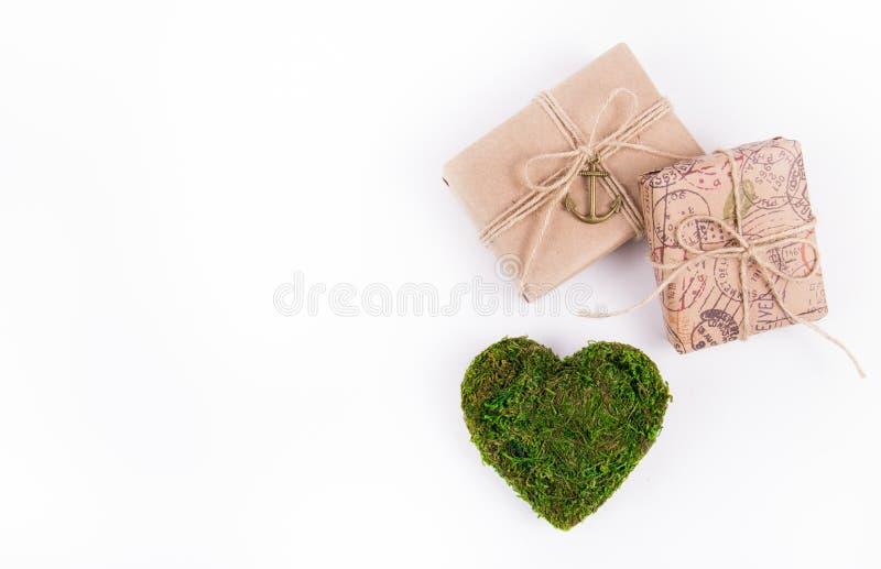 Geschenkboxen und ein grünes Herz Valentinsgruß ` s Moos Postkarte des Valentinsgrußes von den natürlichen Materialien lizenzfreie stockfotos