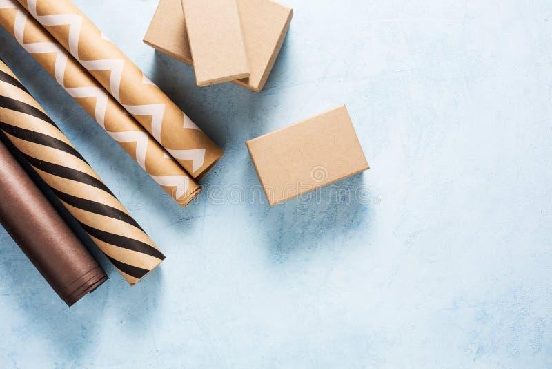 Geschenkboxen und Packpapier stockfotografie