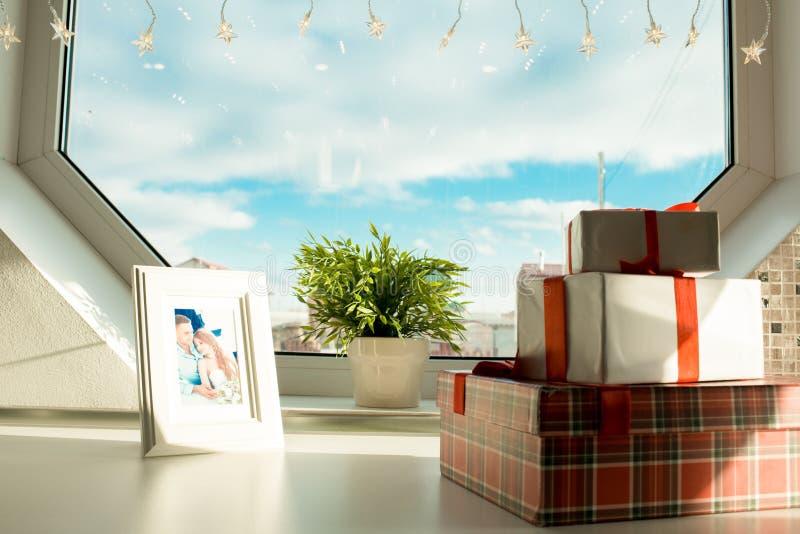 Geschenkboxen und Rahmen mit Paarfoto lizenzfreies stockbild