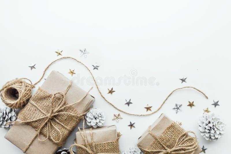 Geschenkboxsammlung eingewickelt im Kraftpapier mit weißem Hintergrund stockfoto