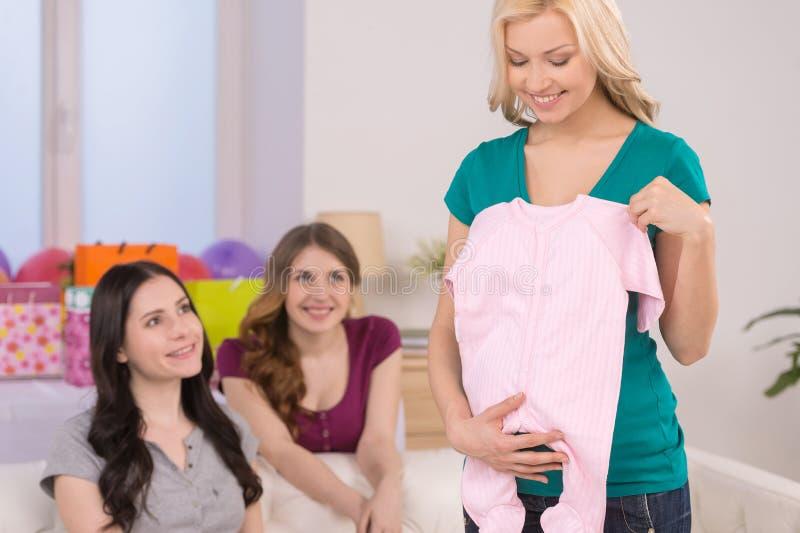 Geschenke auf Babyparty. lizenzfreie stockbilder