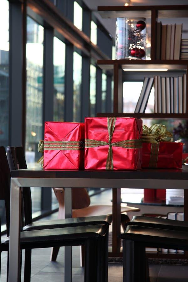 Geschenke auf Tabelle lizenzfreies stockbild