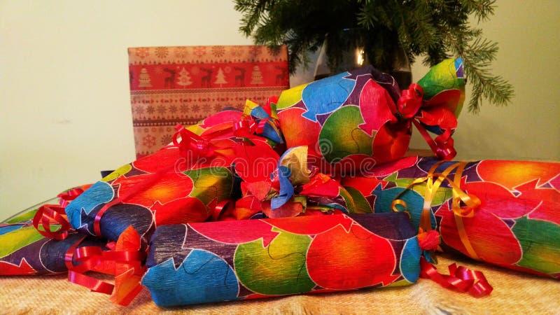 Download Geschenke Eingewickelt Im Bunten Papier Stockfoto - Bild von weihnachten, geschenke: 106803402