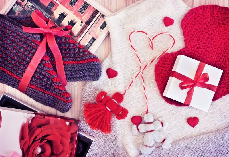 Geschenke für den Feiertag Strickwaren und Süßigkeit lizenzfreie stockfotos