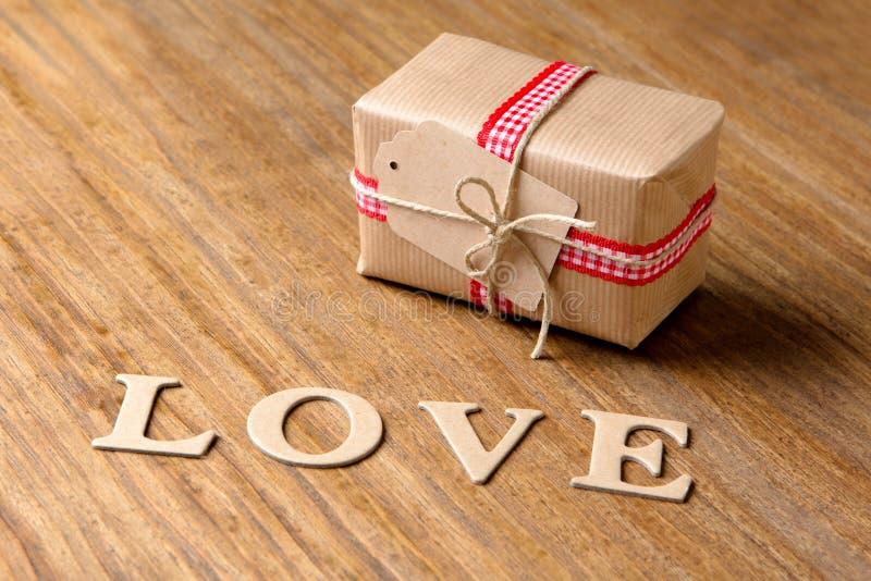 Geschenke für Valentinstag Dekorative Kästen und Filzherzen lizenzfreies stockbild
