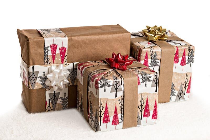 Geschenke geangelt im Schnee auf weißem copyspace stockbild