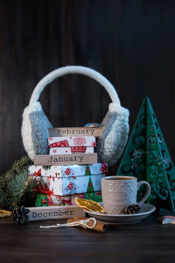 Geschenke im orange und Grünbuch auf dem hölzernen Hintergrund für Freunde und Familie Einkauf, neues Jahr und Weihnachtskonzept stockfotos