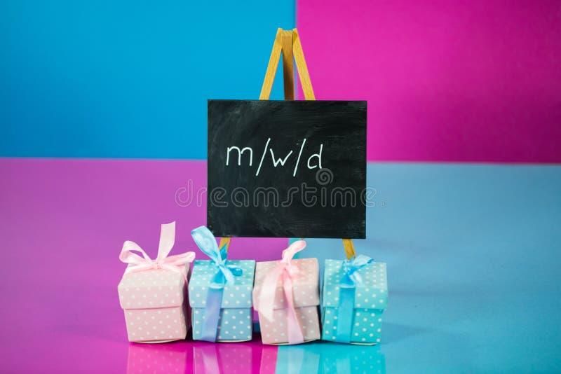 Geschenke im Rosa und Blaues, männlich, Frau, verschieden lizenzfreie stockfotos