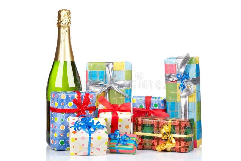 Geschenke und Champagnerflasche lizenzfreie stockbilder