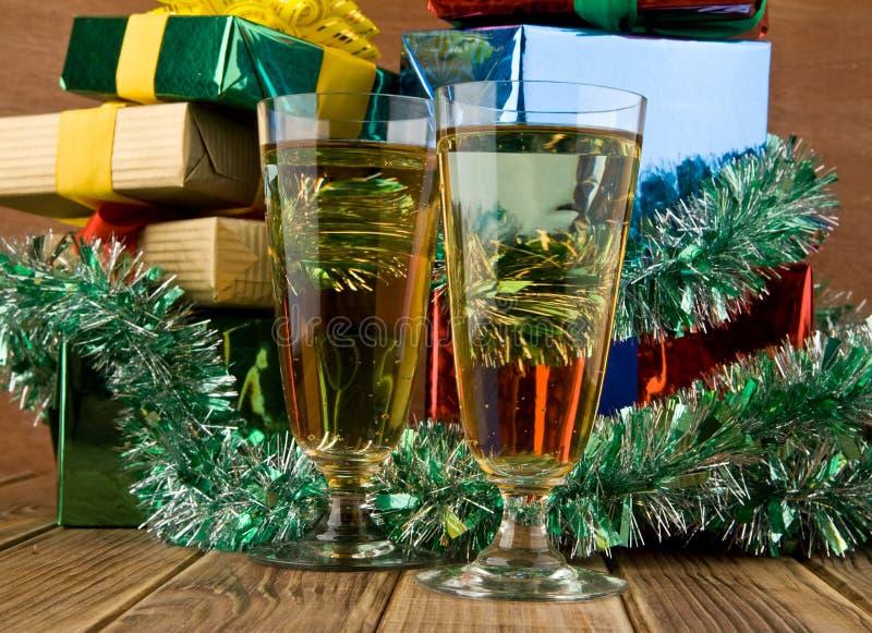Geschenke und Gläser lizenzfreie stockfotografie