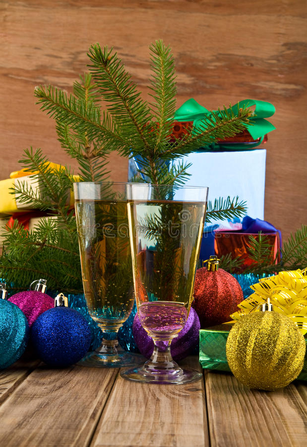 Geschenke und Gläser lizenzfreies stockbild