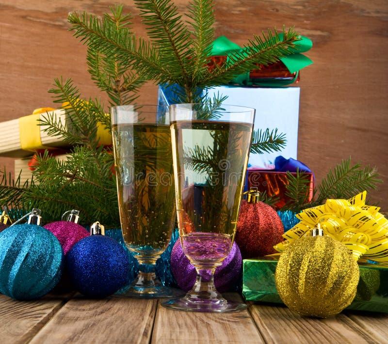 Geschenke und Gläser lizenzfreies stockfoto