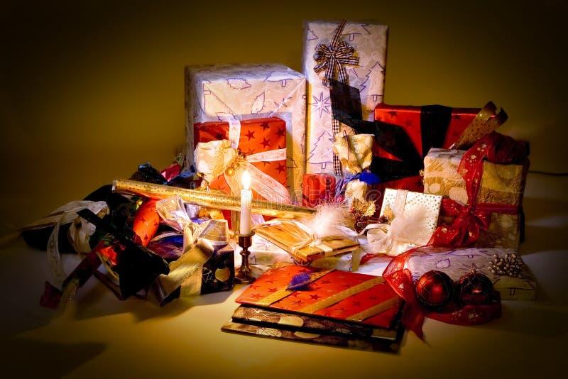 Geschenke und Kerzeleuchte lizenzfreie stockfotografie