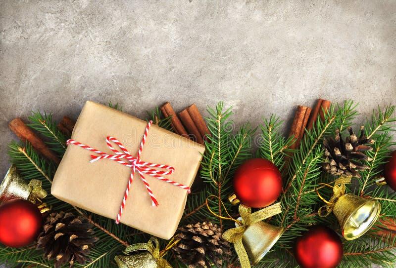 Geschenke und Präsentkartons auf Weihnachts- und des neuen Jahreshintergrund stockfotos