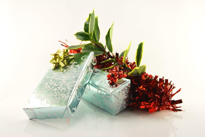 Geschenke und Stechpalme stockbilder
