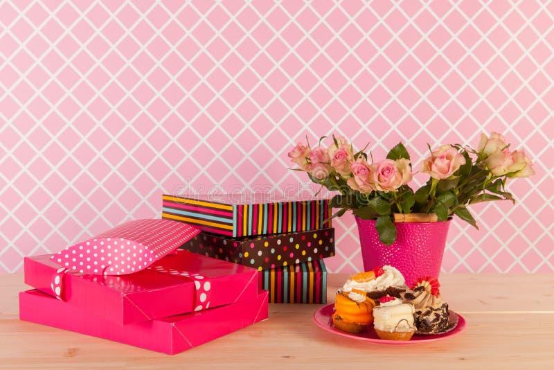 Geschenke und Vasenrosen im Innenraum lizenzfreie stockbilder