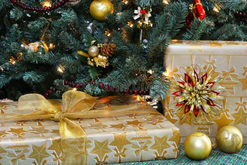 Geschenke und Weihnachtsbaum lizenzfreie stockfotos