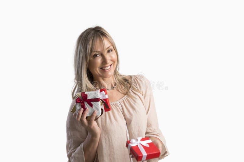 Geschenkgeschenk-Geburtstage Weihnachten der Frau Holding eingewickeltes stockfotos