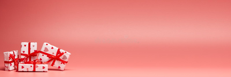 Geschenkkästchen auf rosa Hintergrund mit Kopierplatz Valentinstag Extra breiter Panorama-Hintergrund lizenzfreie stockfotos