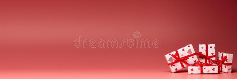 Geschenkkästchen auf rosa Hintergrund mit Kopierplatz Valentinstag Extra breiter Panorama-Hintergrund lizenzfreie stockbilder