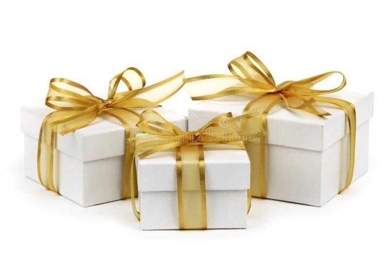 Geschenkkästen mit goldenem Farbband lizenzfreies stockfoto