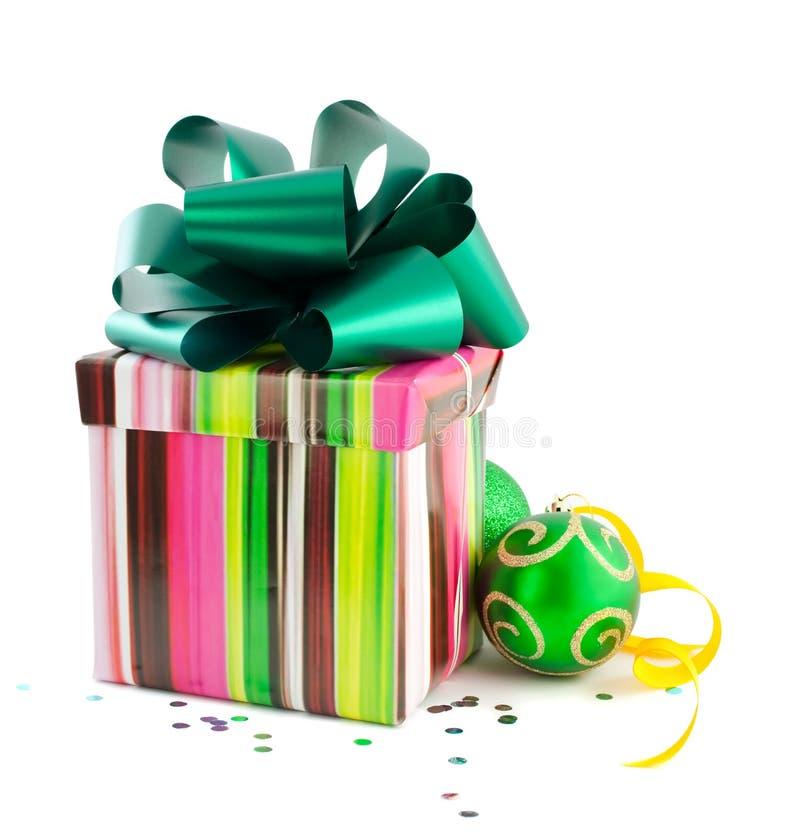 Geschenkkästen und Weihnachtskugeln stockfoto