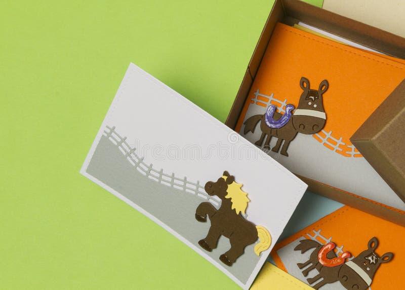 Geschenkkarten mit der Pferdedekoration, gemacht für Kinder stockbilder