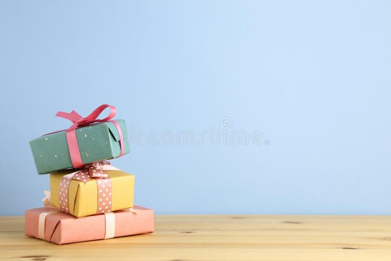 Geschenkkasten auf hölzerner Tabelle Weihnachts- oder Geburtstagskonzept lizenzfreies stockbild