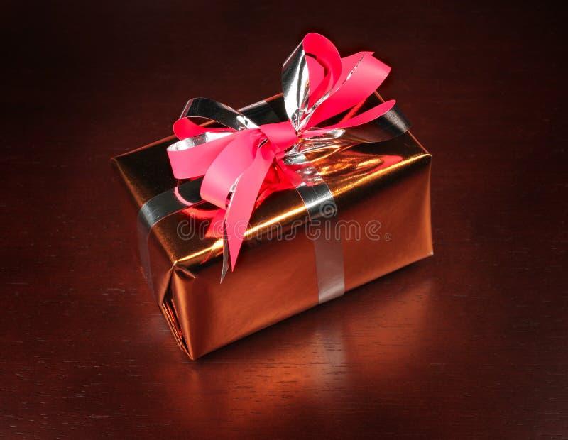 Geschenkkasten auf schwarzem Hintergrund stockbilder