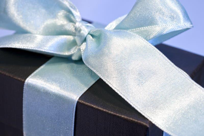 Geschenkkasten eingewickelt in einem Satinbogen lizenzfreies stockbild
