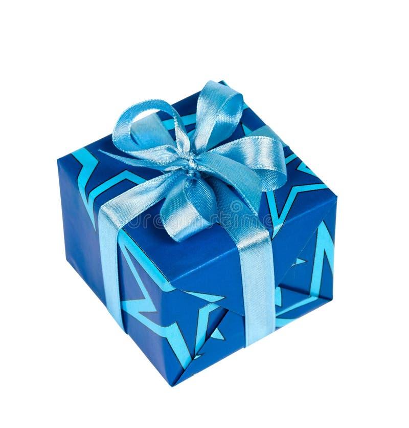 Geschenkkasten gebunden mit blauem Farbband stockbild