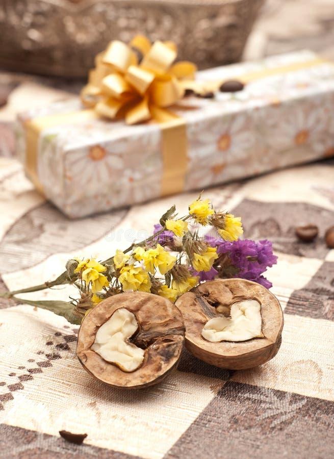 Download Geschenkkasten mit Mutter stockbild. Bild von nachricht - 12203115
