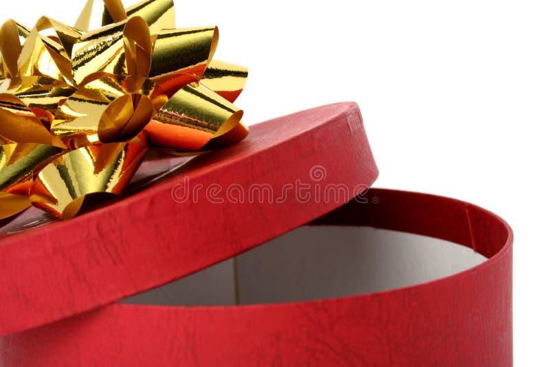 Geschenkkasten rote Farbe mit einem goldenen Bogen stockbild