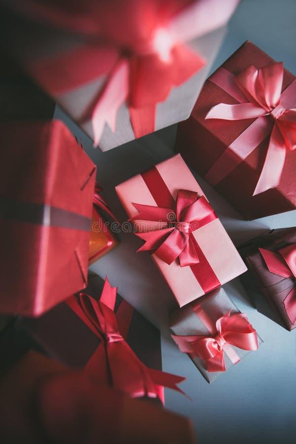 Geschenkkasten stellt sich auf grauer Papierdraufsicht dar stockbilder