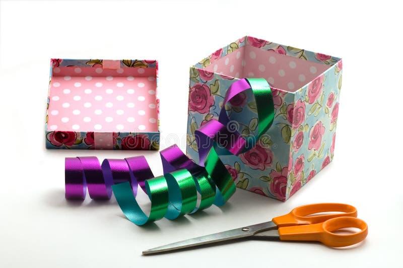 Geschenkkasten und -scheren lizenzfreie stockfotos