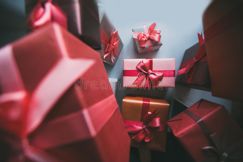 Geschenkkastengeschenke auf grauem Papier stockfotografie