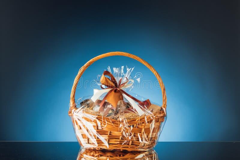 Geschenkkorb auf blauem Hintergrund lizenzfreie stockfotografie