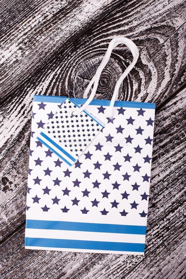 Geschenktasche mit Sternen auf grauem Hintergrund stockfotografie