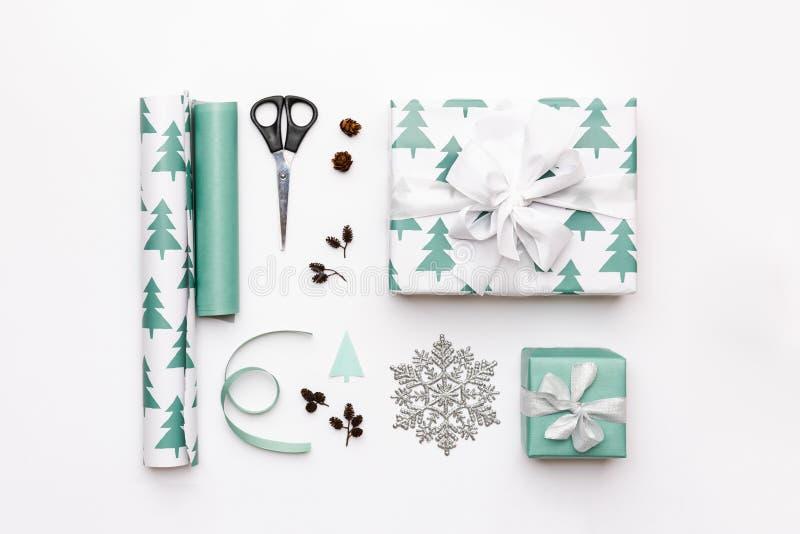 Geschenkverpackungszusammensetzung Nordische Weihnachtsgeschenke lokalisiert auf weißem Hintergrund Türkis farbige eingewickelte  lizenzfreie stockbilder