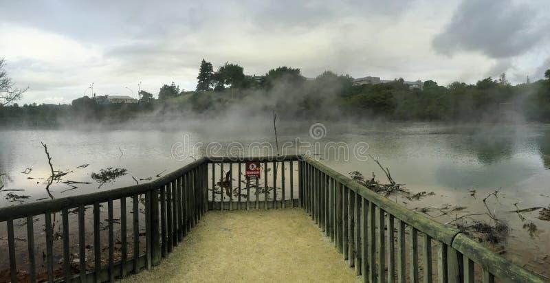 Geschermd van gebied met een waarschuwingsmensen van het gevaarsteken om de zwavel hete lentes in de stad van Rotorua niet in te  royalty-vrije stock afbeeldingen