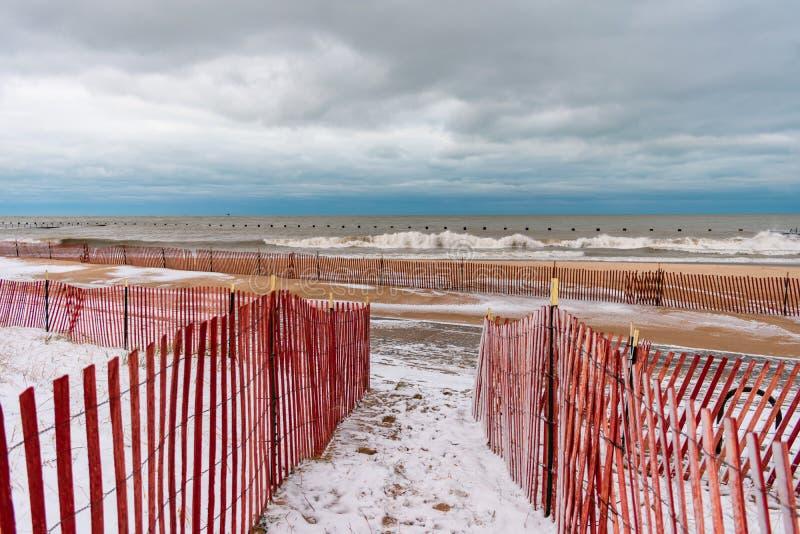 Geschermd in Weg aan het Strand van de het Noordenweg in Chicago tijdens de Winter stock fotografie