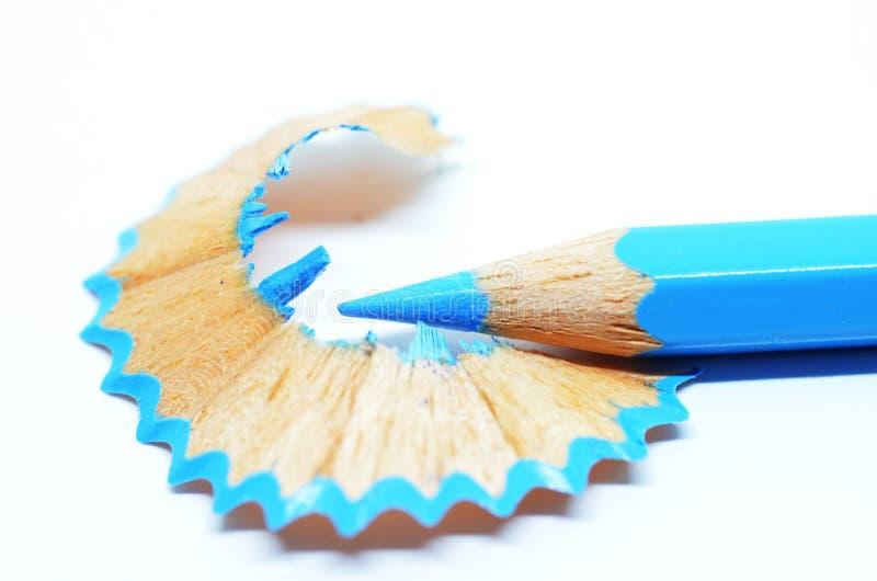 Gescherpt blauw kleurenpotlood en schaafsel royalty-vrije stock afbeeldingen