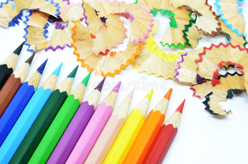 Gescherpt kleurenpotlood en schaafsel stock foto's