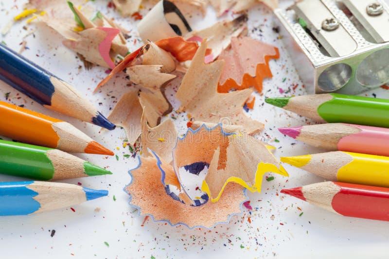 Gescherpt kleurrijk potloden en schaafsel stock foto