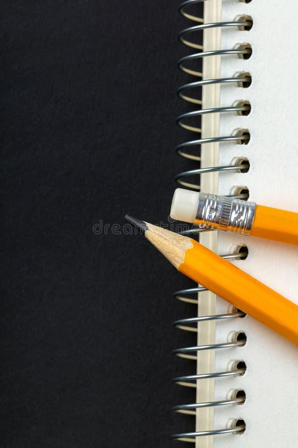 Gescherpt potlood en een notitieboekje royalty-vrije stock fotografie