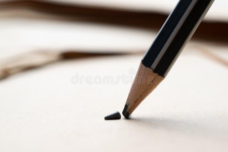 gescherpt potlood over een leeg oud blad van document met gebroken t stock foto