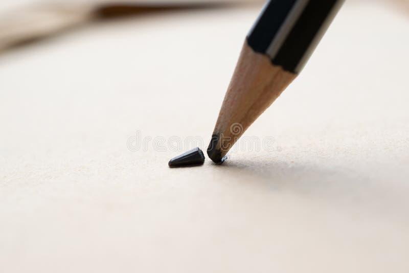 gescherpt potlood over een leeg oud blad van document met gebroken t stock afbeeldingen